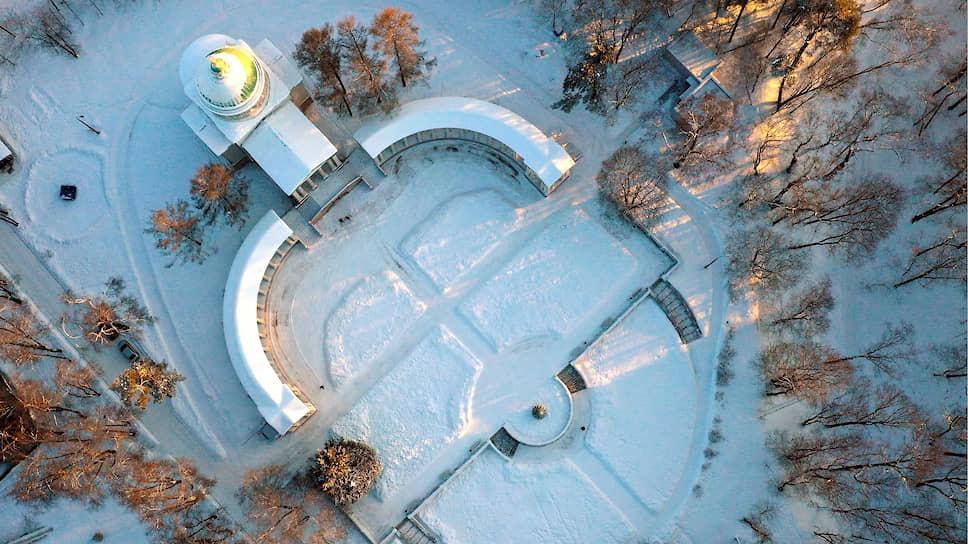 Вид сверху на храм-усыпальницу «Колоннада» на территории музея-усадьбы «Архангельское»