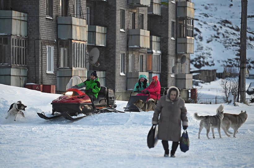 Катать туристов на снегоходах — особый вид заработка у местных
