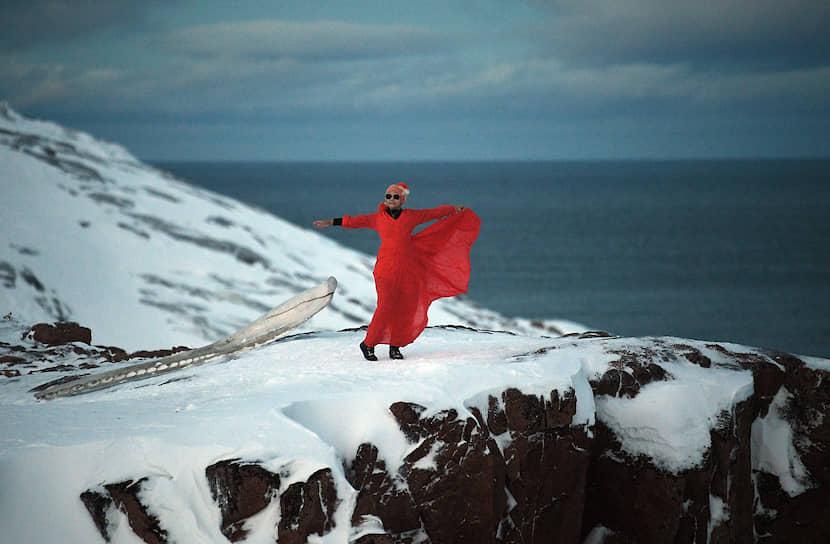 Туристка из Бангкока специально привезла с собой красное платье для съемки в снегах