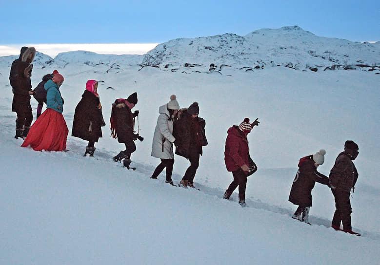 Зимой поселок наполняют тысячи туристов из Азии
