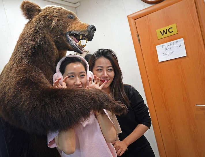 Медведь пострадал от китайских туристов. «Челюсть вывихнули, лапу чуть не оторвали», — жалуется Виктор, директор кафе «Сияние Севера», где стоит чучело косолапого