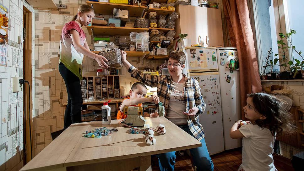 Анна Тульская с детьми в мастерской  Frozen Rainbow