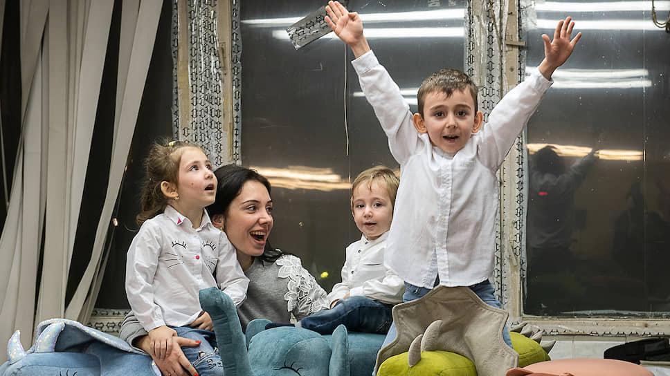 Агунда Урумова, автор проекта «Посидушки», со своими детьми
