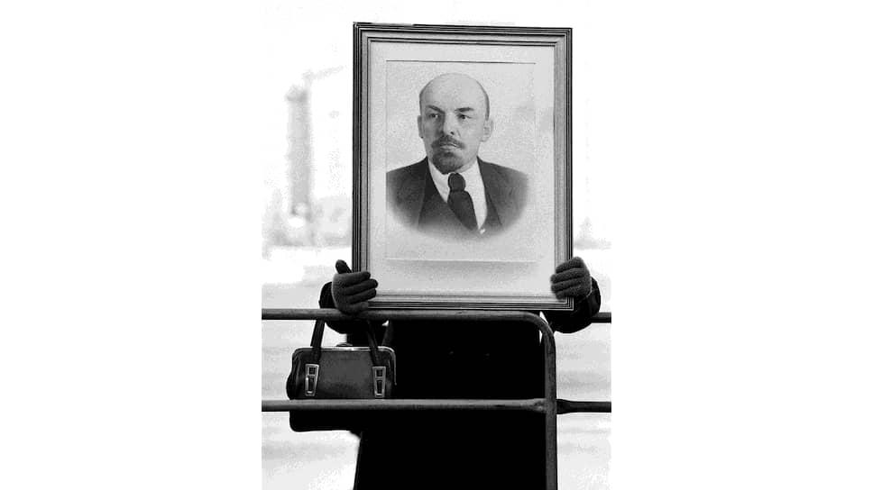 Ленин и сейчас с нами. Он продолжает оставаться аргументом, символом, диагнозом и даже укором