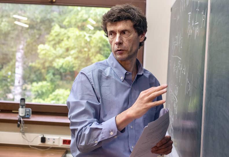 Сейчас работает там в качестве профессора теоретической физики и компьютерных наук на факультете физики, математики и астрономии, а также на факультете инженерии и прикладных наук