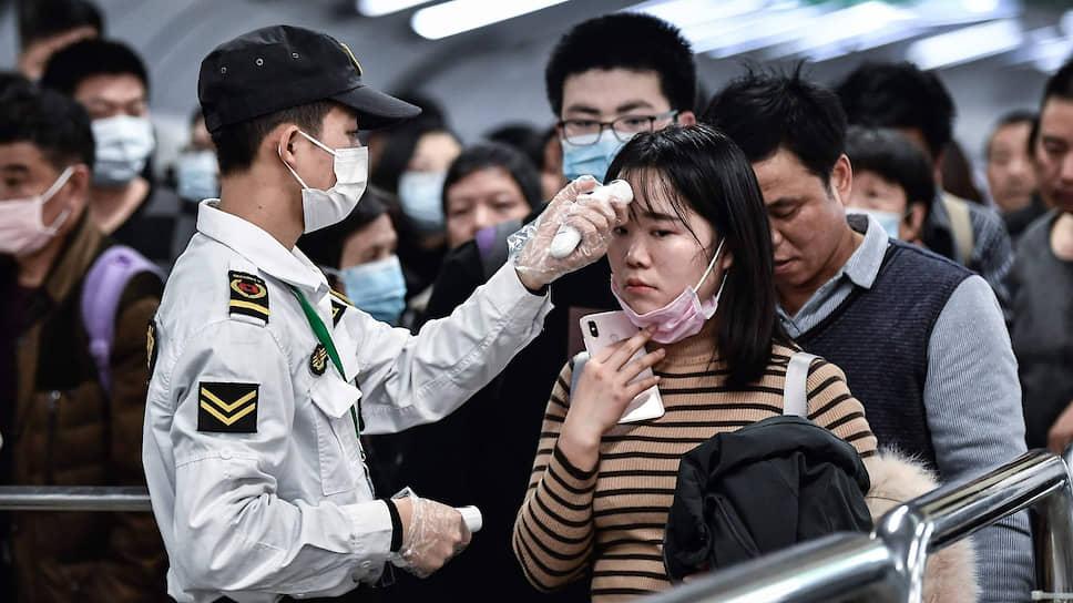 Общая проверка на вирус в аэропорту в Гуаньчжоу