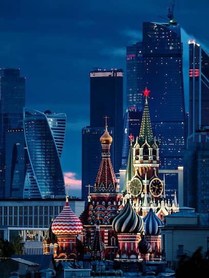 Храм Василия Блаженного, Спасская башня Кремля и деловой центр «Москва-Сити»