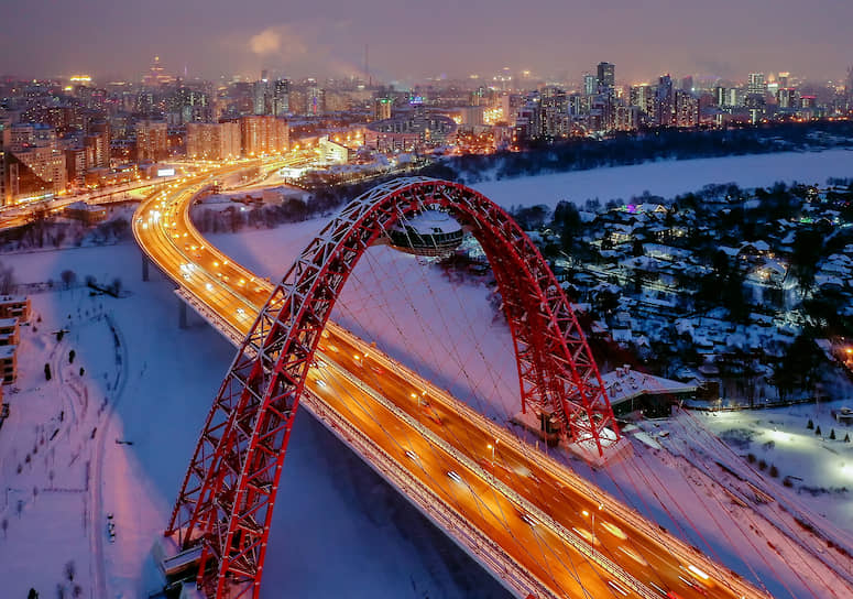 Живописный мост в огнях вечернего города