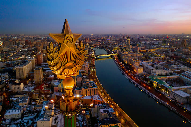 Шпиль высотки на Котельнической набережной с видом на Москву-реку