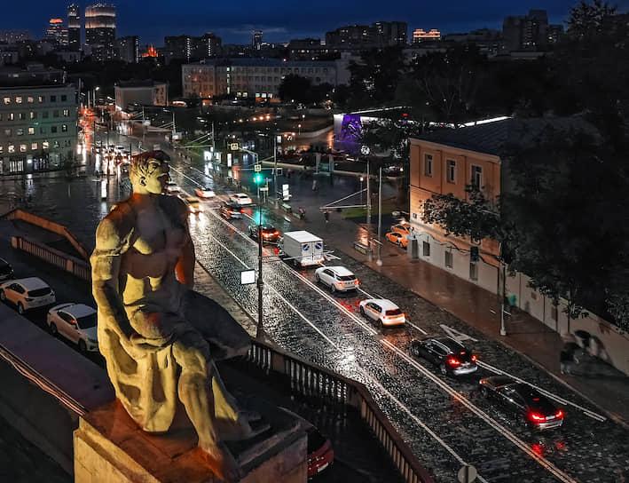 Скульптура на жилом доме на Кудринской площади