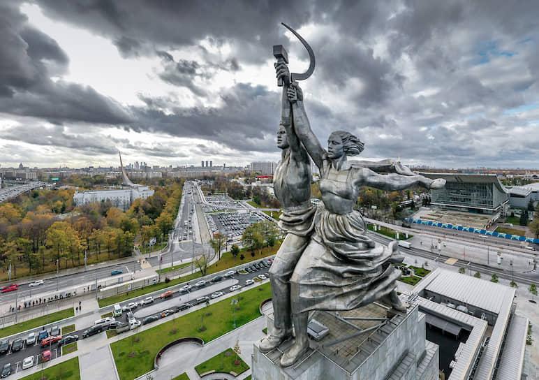 Скульптура Веры Мухиной «Рабочий и колхозница» на ВДНХ