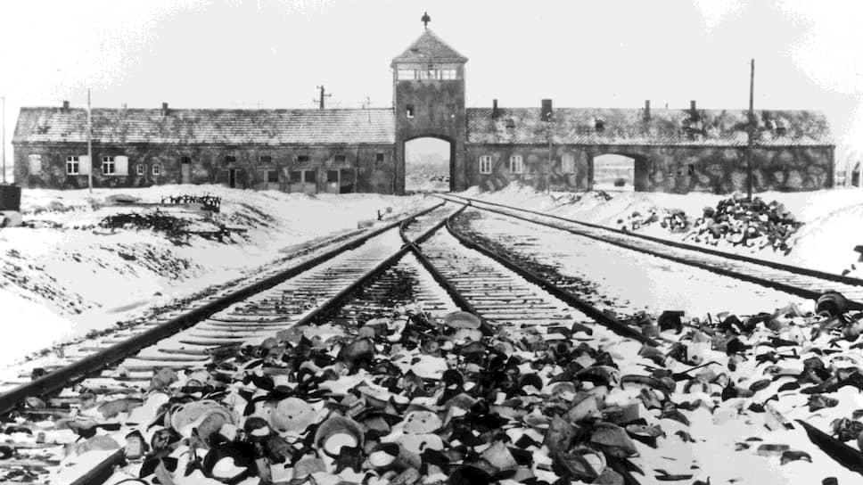 Въезд в Освенцим, начало 1945-го. На первом плане — брошенные личные вещи узников