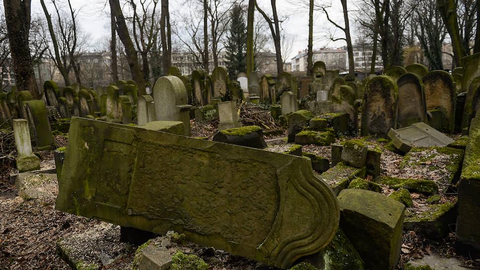 Поврежденные могилы на еврейском кладбище. Краков, 2018 год