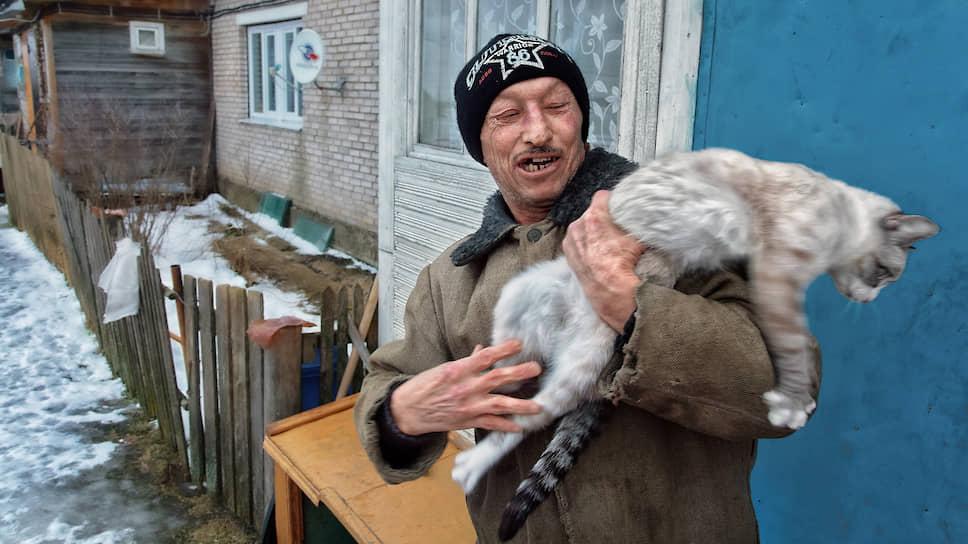 Анатолий живет на Сладком уже 35 лет. Он в 45 вышел на пенсию, а его жена еще работает в зоне