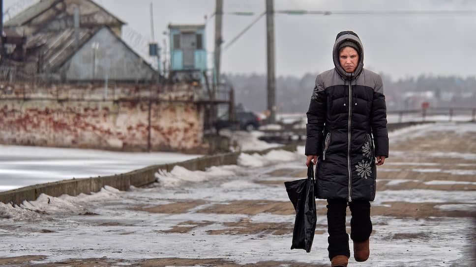 Эта девушка раньше работала уборщицей в школе, теперь убирает производственные помещения на Пятаке. «Тут гораздо лучше работать»,— говорит она