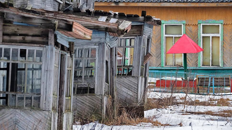 Этот дом расселили, когда колония перестала его отапливать. Прямо за ним — детский садик