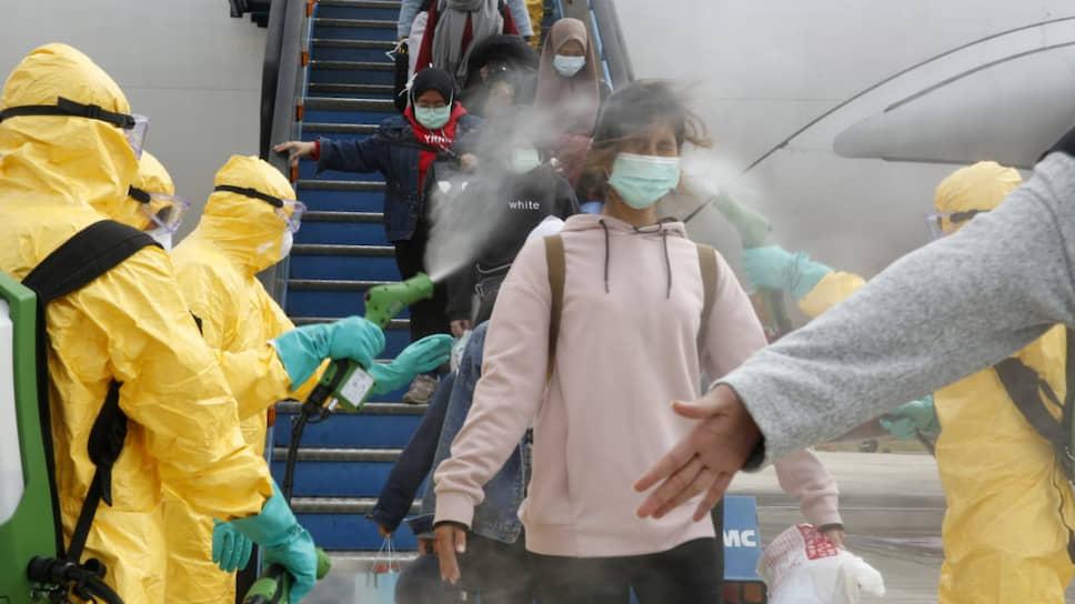 Так в Индонезии встречают пассажиров, прилетевших из Уханя. В Приморье ничего такого нет. Но нервозность присутствует: ведь у зловредного вируса китайское происхождение, а Китай — рядом