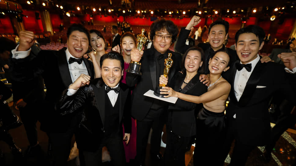 Съемочная группа фильма «Паразиты» по главе с режиссером Пон Чун Хо (в центре) собрала главные награды «Оскара»