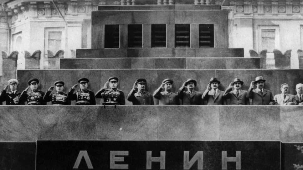 Трибуна Мавзолея во время кремлевских парадов также стала шарадой — кто же ближе к Сталину? — для тех, кто пытался разгадывать сигналы
