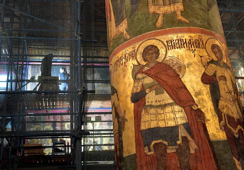 Четверг в Кремле выходной, но здесь, в соборе, вовсю идут реставрационные работы