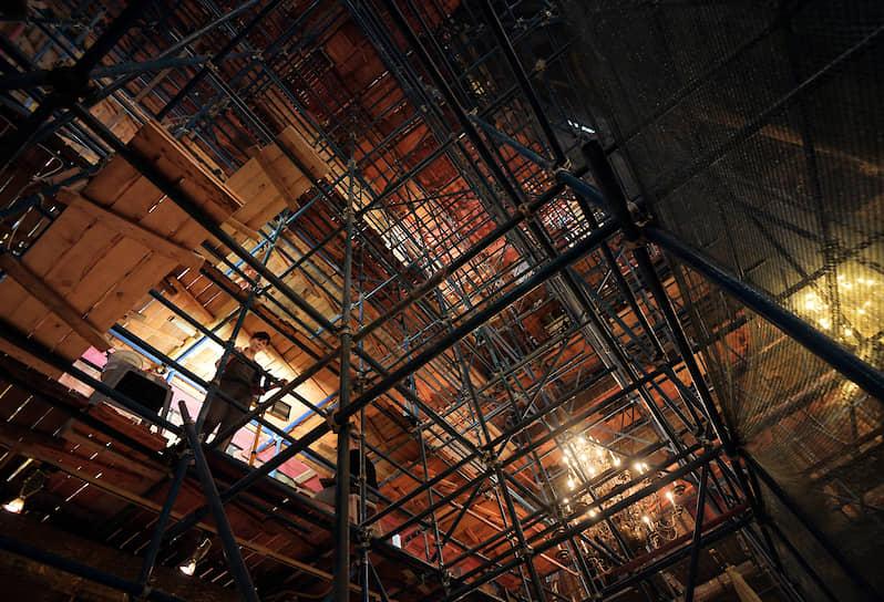 На время работ перекрыт лишь тот участок собора, где они проводятся, сейчас это северная часть основного пространства — она закрыта лесами