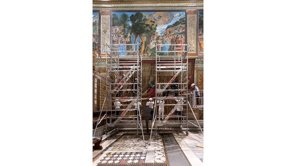 Гобелены весом 50–60 кг каждый изображают библейские эпизоды из жития апостолов Петра и Павла