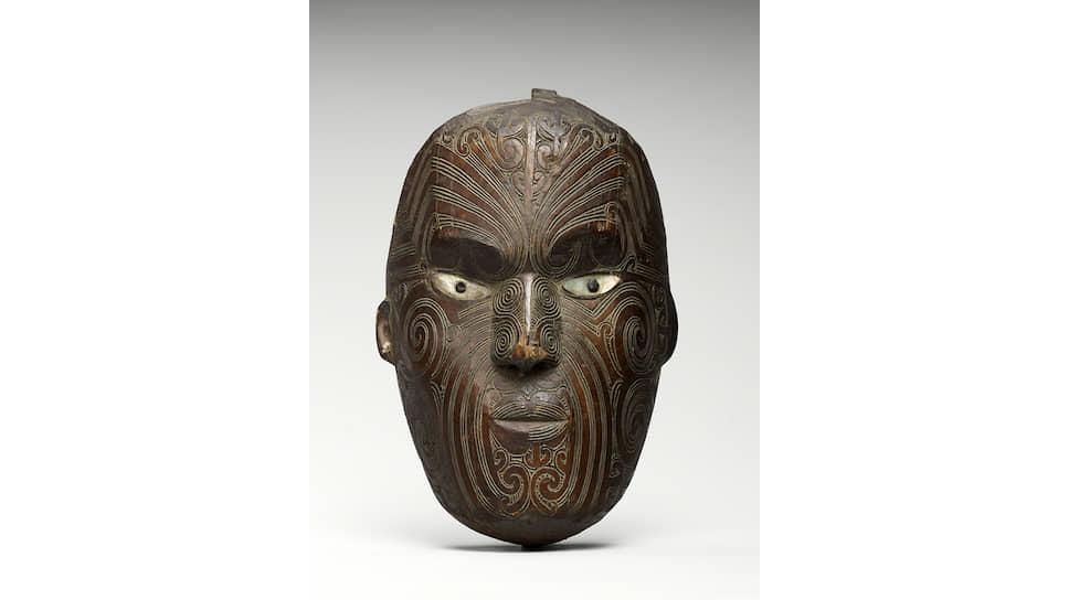 В этой маске (Новая Зеландия, XIX век) зашифрована спираль кору — нераскрывшегося листа папоротника. Нанося узор как тату, маори считали его символом новой жизни