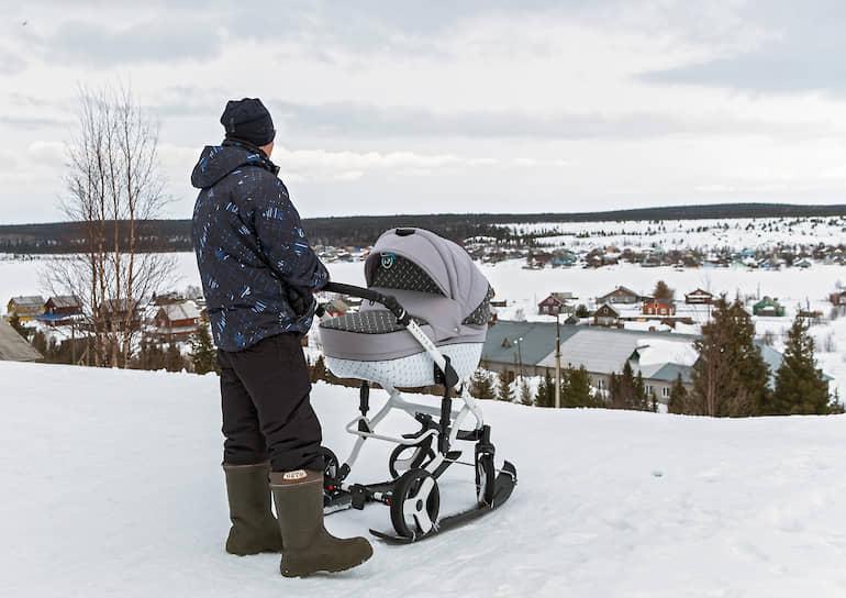 Отец семейства модифицировал коляску. Прикрепил к ней маленькие лыжи. Иначе по селу не проехать