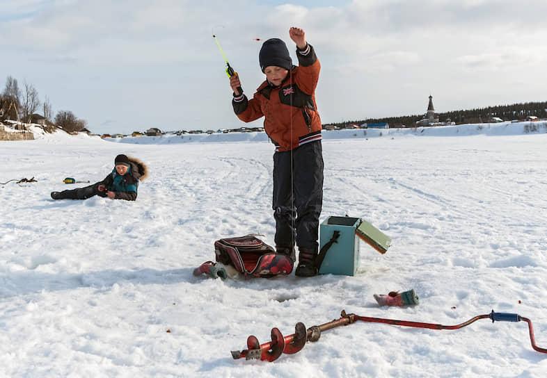 Школьники Артур и Трифон после уроков почти каждый день ловят рыбу