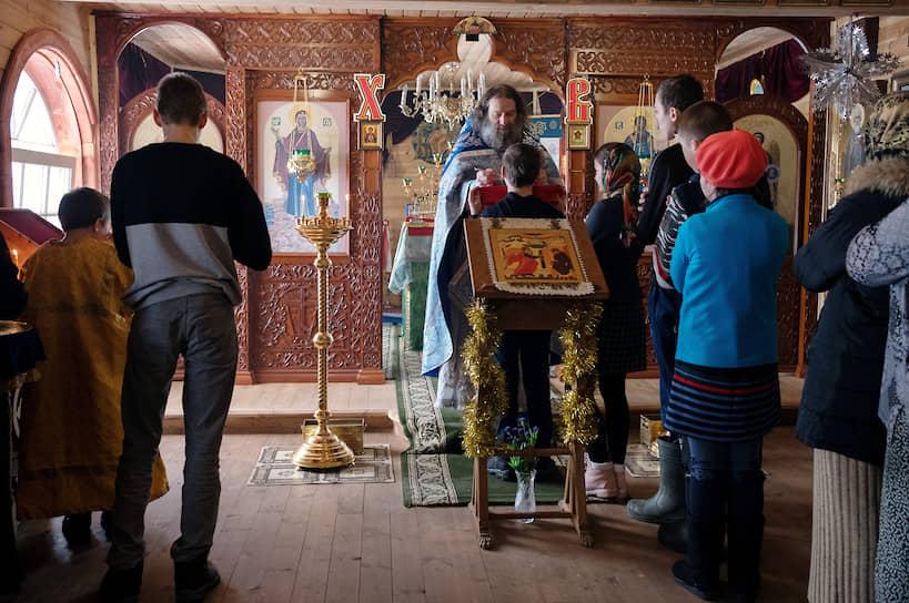 Причастие в одном из маленьких храмов Варзуги. Первые, как всегда, дети