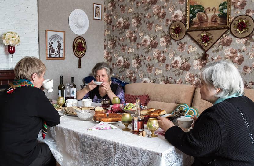 В доме у коренной варзужанки Марины Арсеньевны Коневой (в центре). Она звезда поморского хора Варзуги, который существует уже почти сто лет