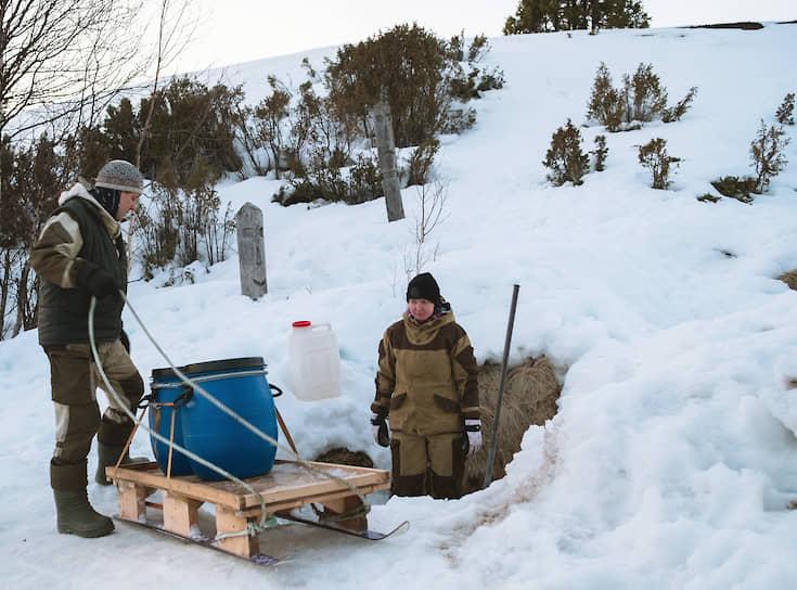Жители набирают питьевую воду из источника