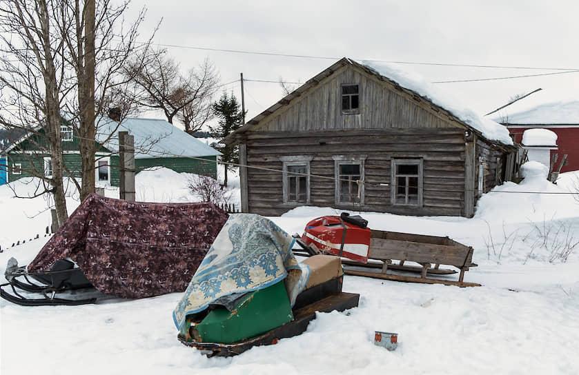 Снег в Варзуге лежит с октября по май. Главное средство передвижения в селе — снегоход. На нем возят детей в школу, а бабушек за пенсией