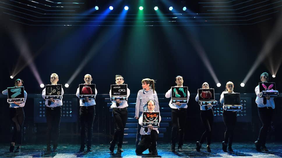 С помощью модных аксессуаров героиню (Галина Безрук, в центре) будут превращать во что-то «стоящее»