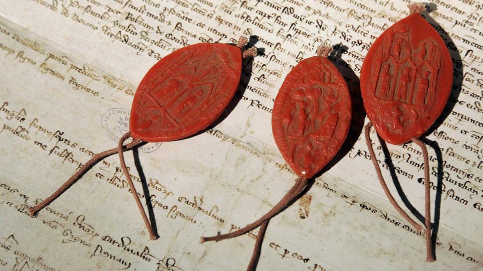 Копия манускрипта с печатями (также копии), в котором папа КлиментV 700 с лишним лет назад снял обвинения в ереси с тамплиеров. Оригинал считался утраченным, но был обнаружен в ватиканских архивах уже в нашем веке