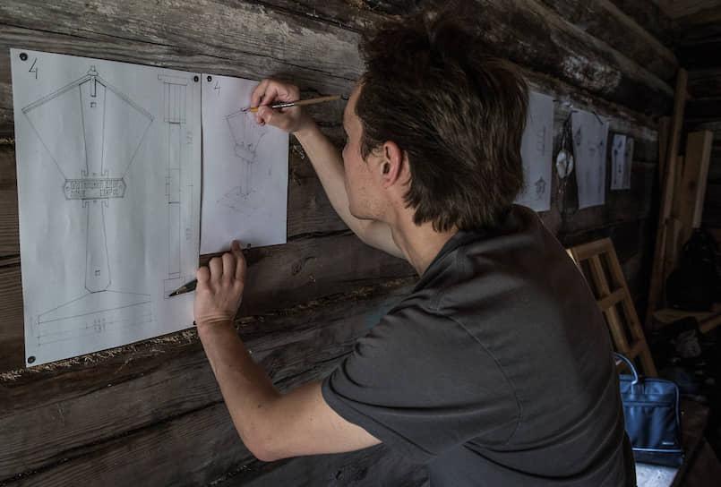 Архитектор Егор Садовских готовит проект придорожной стелы для конкурса деревянного зодчества