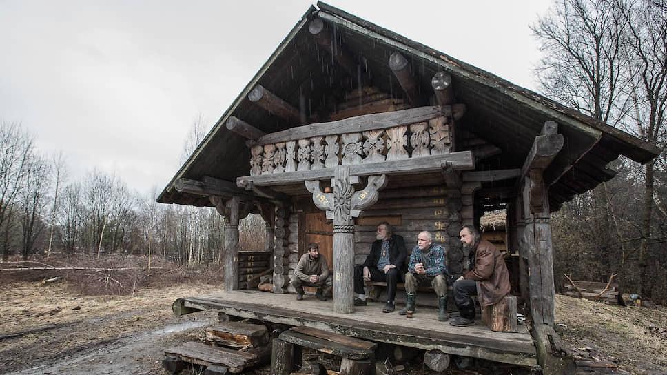 Это так называемая малая северная изба. Она была построена в Архангельской области и перевезена в Подмосковье уже специально для музея живой архаики