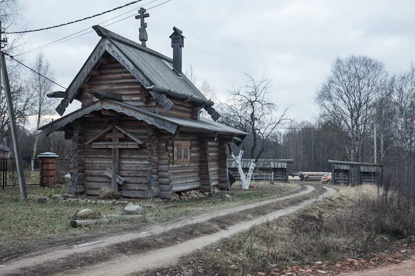 Часовню мастера плотницкого двора построили в конце 2000-х по традиционной технологии северного зодчества