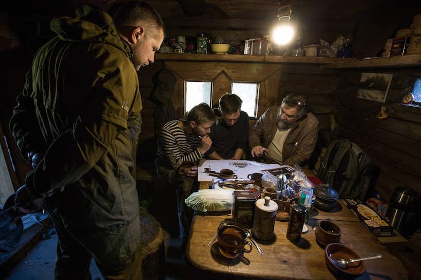 Реставратор Дмитрий Соколов (справа) обсуждает с мастерами технологию работы