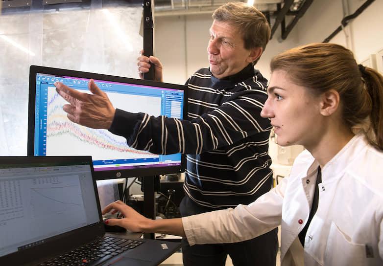В настоящее время он работает в Университете Северного Техаса и в Центре фотоники и квантовых материалов Сколтеха