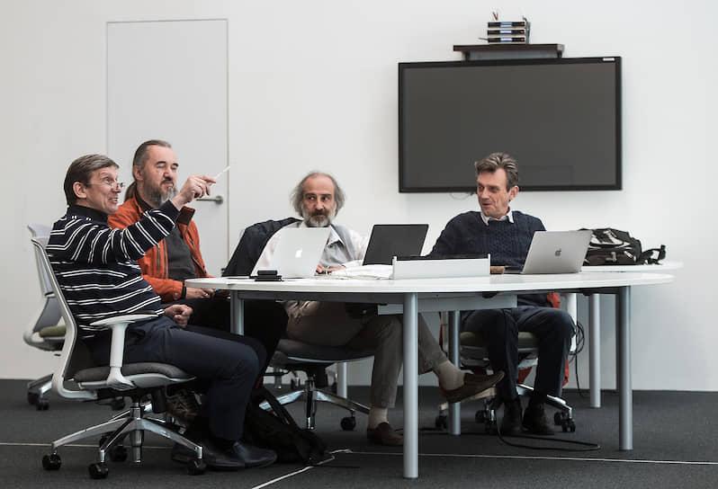 Владимир Драчев (слева) опубликовал свыше 90 статей в рецензируемых журналах. Имеет пять патентов в области определения белков с помощью плазмонных биосенсоров
