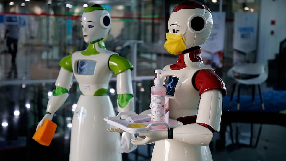 Вообще-то роботам маска ни к чему, но «атмосфере момента» соответствует