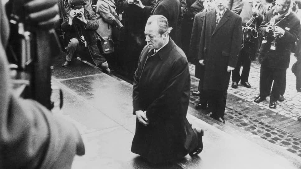 Преклонив колени перед памятником евреям, уничтоженным в Варшаве гитлеровцами, канцлер ФРГ Вилли Брандт публично покаялся за нацистские преступления. Тогда, в 1970-м, половина немцев сочла жест излишним