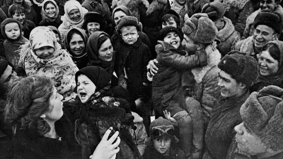 Сталинград встречает освободителей — такова официальная подпись к этой фотографии. На самом деле Сталинград — это женщины и дети. Аркадий Шайхет. 1943 год