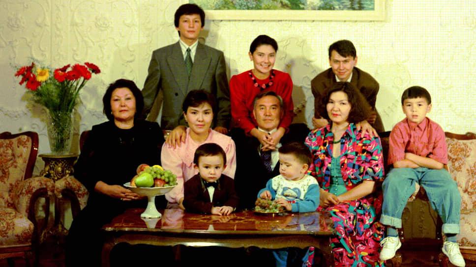 Главная семья Казахстана, 1992 год. Старшая дочь Нурсултана Назарбаева справа от отца, позади — старший зять Рахат Алиев