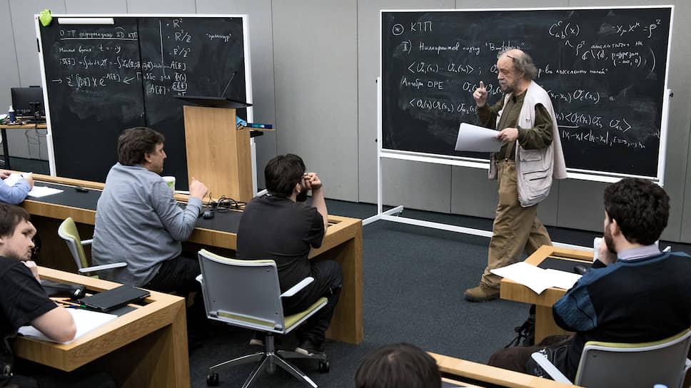 Лекция Александра Замолодчикова в Независимом московском университете. В зале — аншлаг