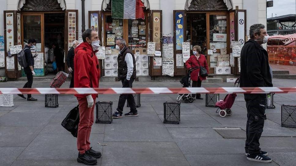 Очередь у входа на продуктовый рынок в Турине