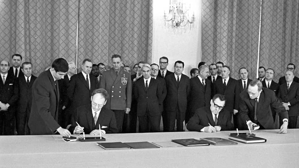 5 марта 1970 года. Посол США Джейкоб Бим (слева) и министр иностранных дел СССР Андрей Громыко подписывают протоколы о сдаче на хранение ратификационных грамот Договора о нераспространении ядерного оружия