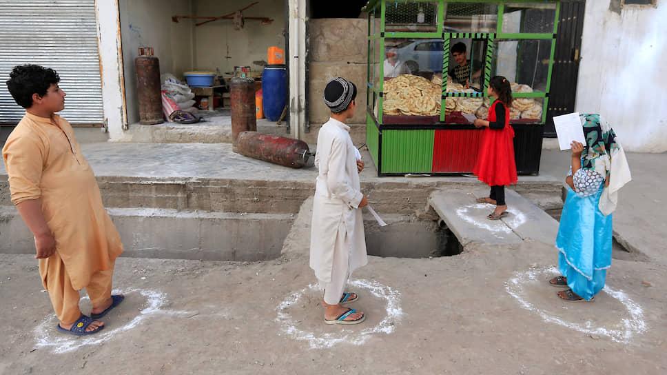 Очередь в булочную в Джелалабаде. Чем дальше от городов, тем труднее найти в Афганистане тех, кто соблюдает социальную дистанцию