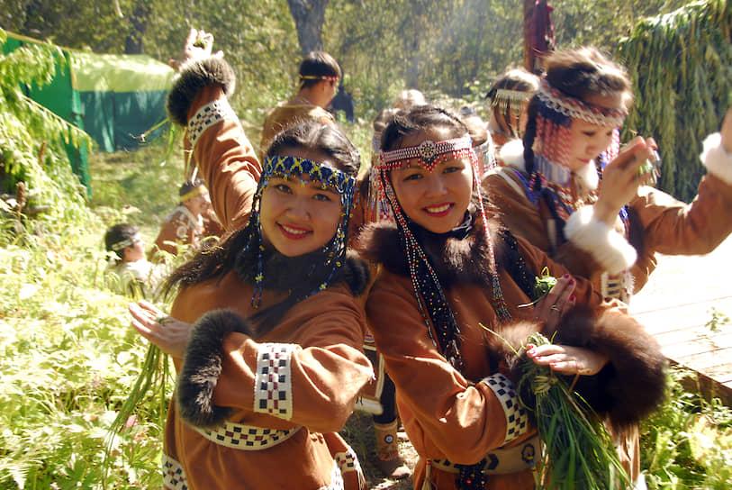 Девушки-ительменки сами расшивают бисером головные украшения и меховые кухлянки